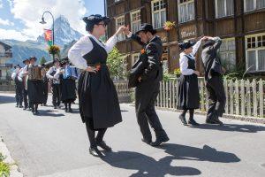 Tanzende Folklore Gruppe vor dem Matterhorn