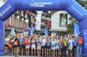 Menschen am Start eines Berglaufes