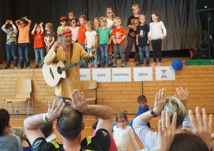 Musiker und Kinder singen gemeinsam