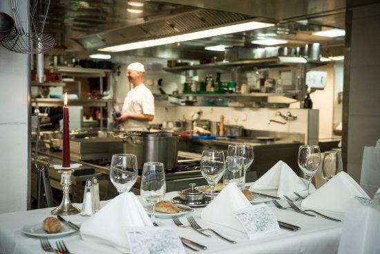Ein gedeckter Tisch wartet auf seine Gäste in einer der Küchen vom Kitchen Around