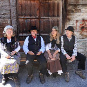 Bauern und Baeuerinnen vor 100 Jahren in Zermatt beim Dorfrundgang
