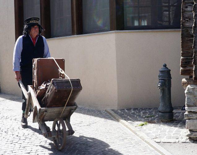 Gepaeck Transport vor 100 Jahren in Zermatt beim Dorfrundgang