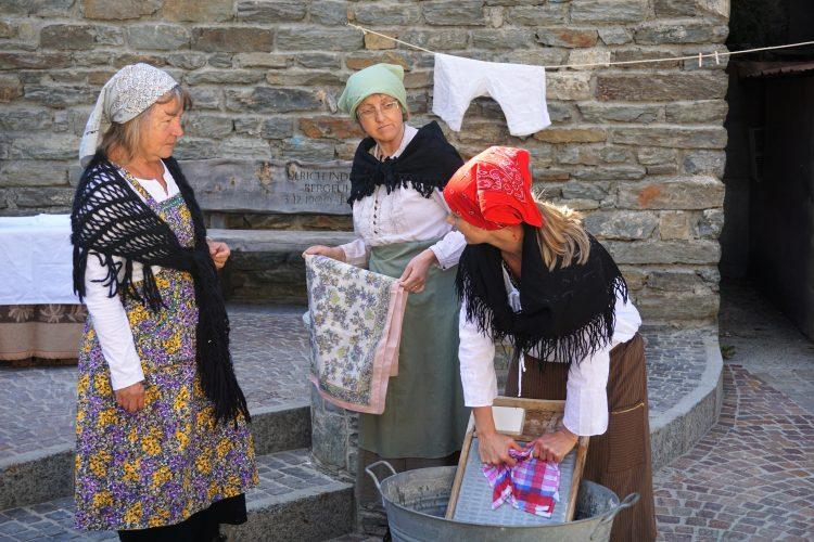 Baeuerinnen beim Waschen in Zermatt beim Dorfrundgang