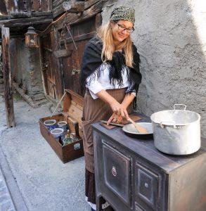Baeuerin beim Kochen vor 100 Jahren in Zermatt beim Dorfrundgang