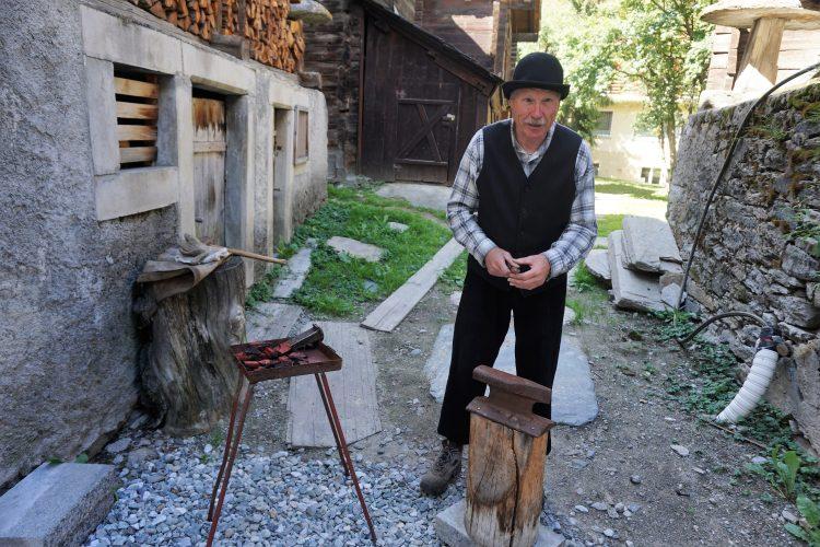 Werkzeugherstellung vor 100 Jahren in Zermatt beim Dorfrundgang