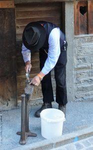 Schuster bei der Arbeit vor 100 Jahren in Zermatt bei der Dorfrunde