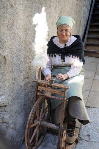 Baeuerin am Spinnrad in Zermatt beim Dorfrundgang