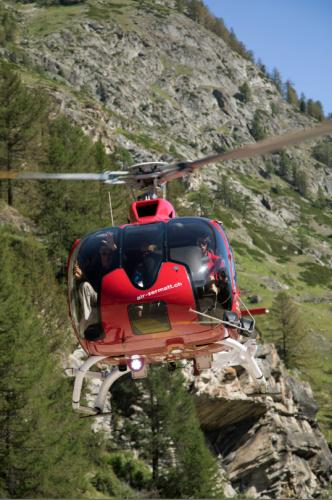 Helikopter beim Rundflug in Zermatt