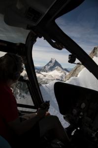 Der Pilot des Helikopters im Hintergrund das Matterhorn in Zermatt beim Helikopterrundflug
