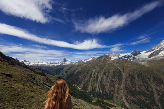 Frau von hinten mit Matterhorn