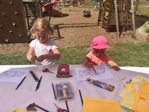 De kinderen aan het kleuren