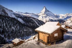 verschneiter Weiler Findeln, oberhalb von Zermatt, mit Sicht auf das Matterhorn
