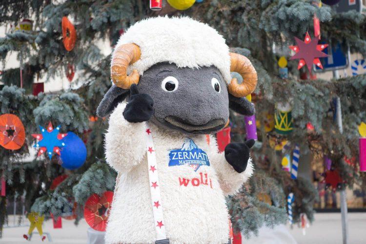 Fotoshooting mit Wolli beim Einweihungsfest des Weihnachtsbaumes