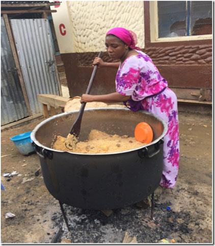 Frau kocht, Mahlzeit