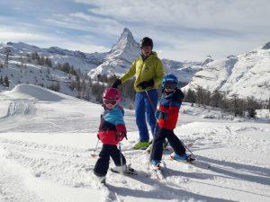 Skifahren mit Familie in Zermatt mit Blick auf das Matterhorn