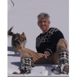 Dan Daniell mit Muschel im Schnee