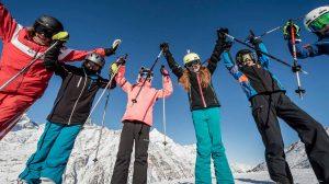 Zermatter mit Ski auf der Piste