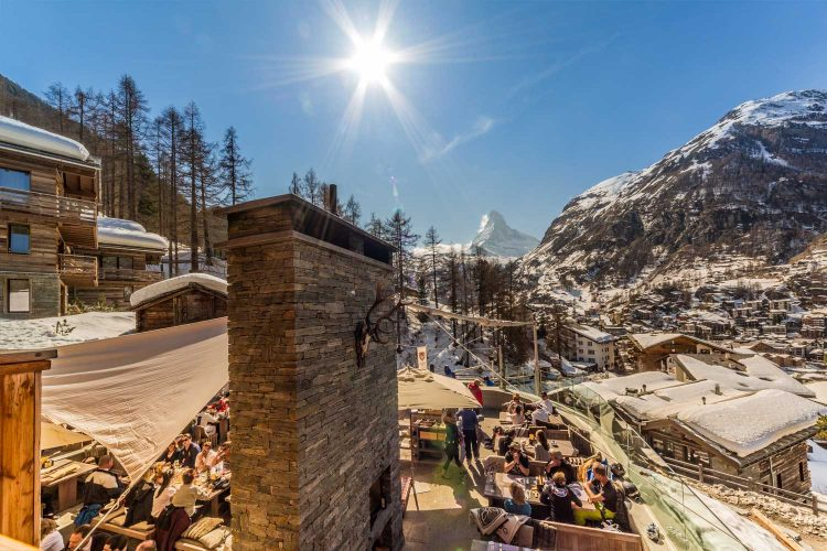 Après-Ski Bar mit Blick auf das Matterhorn