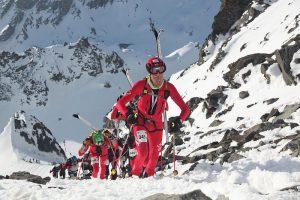 Bergsteigen mit den Ski auf dem Rücken