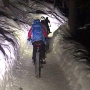 Fatbike fahren im Schnee bei Nacht