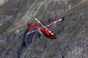 Air Zermatt Helikopter auf dem Weg zum Unfall