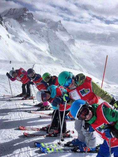 Kindergruppe beim Skifahren lernen