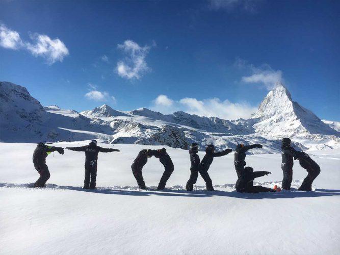 Skilehrer aufgestellt in Stoked Buchstaben