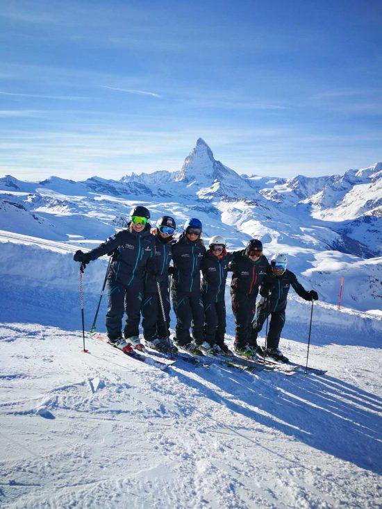 Skilehrer Team vor dem Matterhorn