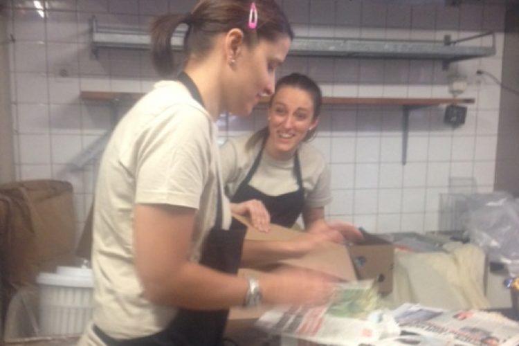 Mitarbeiter der Bäckerei Fuchs am Einpacken