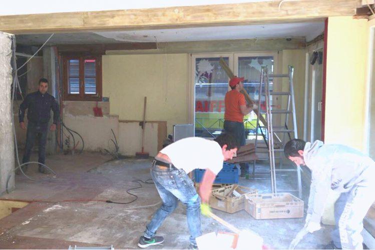 Handwerker beim Arbeiten im ersten Stock der neuen Bäckerei Fuchs
