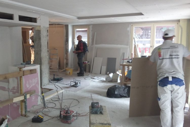Maler und Gipser beim Arbeiten im ersten Stock