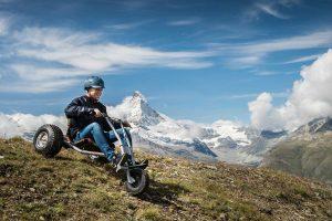 Kind fährt mit Mountaincart bergab