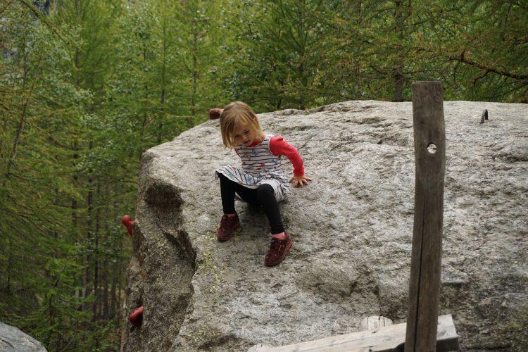 Die Steine auf dem Spielplatz laden zum Klettern ein.