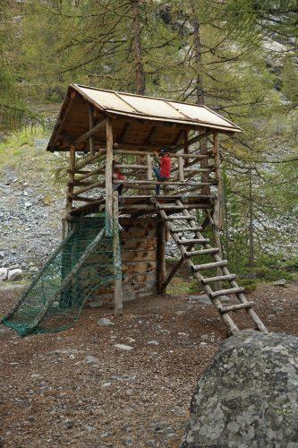 Das Kletterhaus ist hoch und über mehrere Seiten erreichbar.