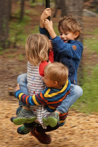 Allein, zu zweit oder sogar zu dritt vergnügen sich die Kinder mit der Seilbahn.