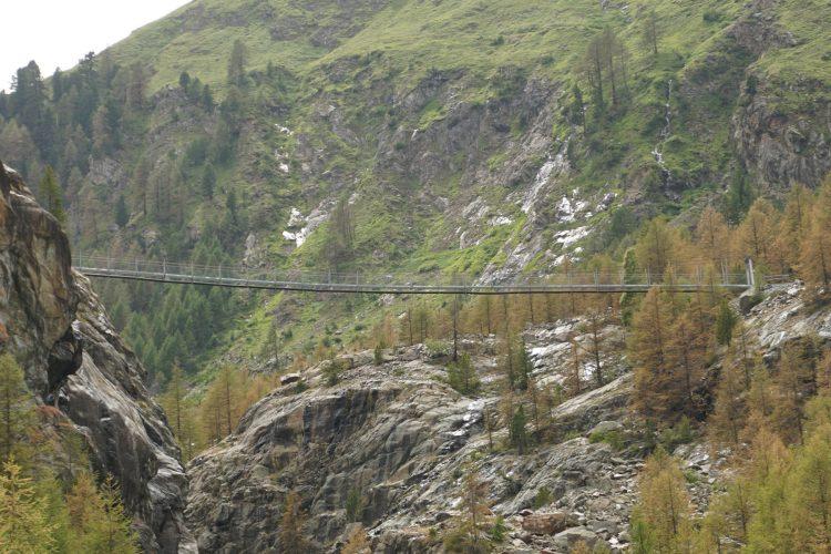 Die Hängebrücke, von Schweigmatten ausgesehen.