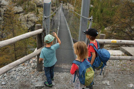 Hier beginnt die Hängebrücke.