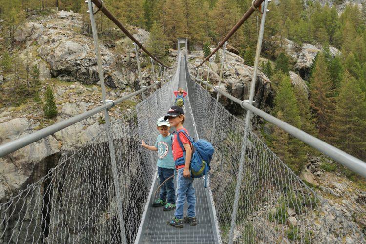 Nicht alle Kinder haben es gleich eilig, über die Brücke zu kommen.