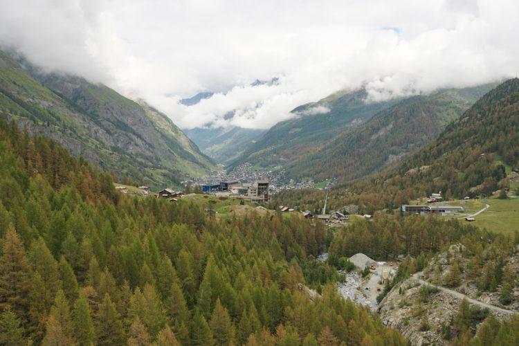 Der Blick von der Hängebrücke in Richtung Furi und Zermatt.