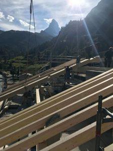 Dacharbeiten mit Blick auf Matterhorn