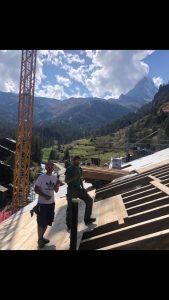Bauarbeiter bauen das HotelDdach