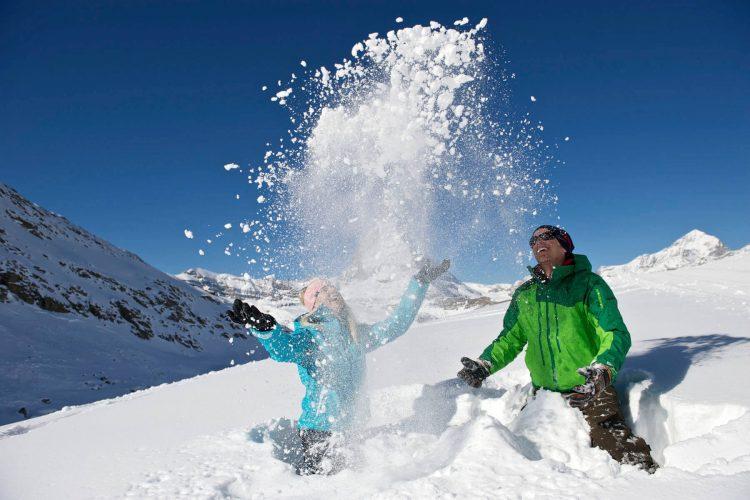 KInd mit Vater im Schnee