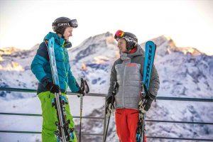 sciatori fanno una pausa