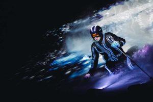 Mann beim Skifahren bei Nacht