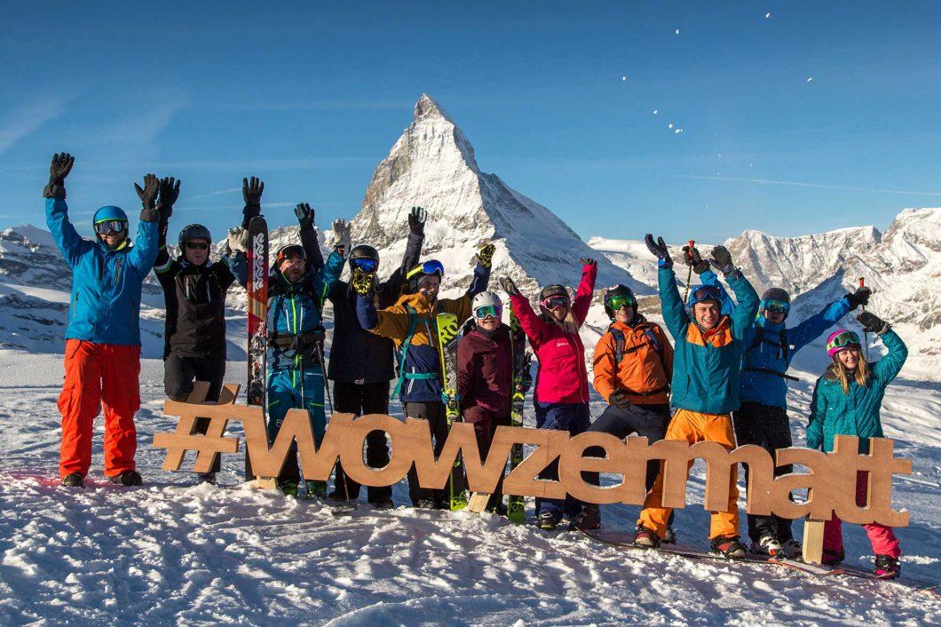 Menschen jubelnd vor dem Matterhorn