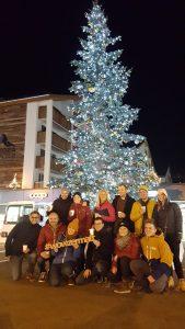 Personengruppe vor einem Tannenbaum
