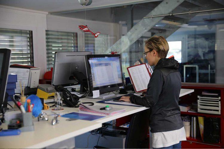 Frau in Zentrale von Air Zermatt