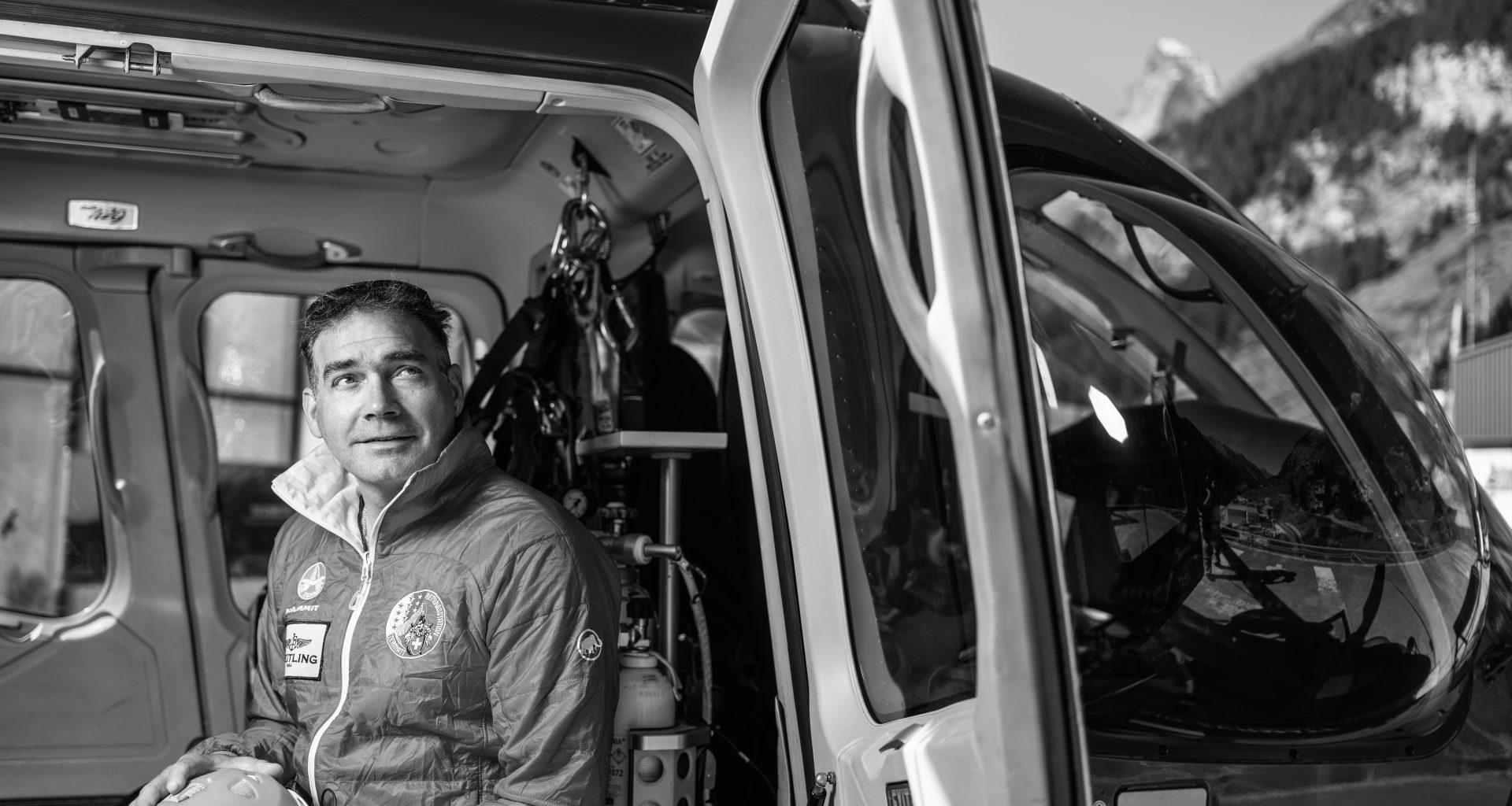 Anjan Truffer sitzt in einem Helikopter der Air Zermatt ©Air Zermatt