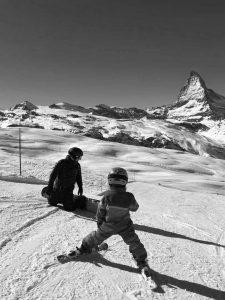 Kind und Erwachsener beim Skifahren