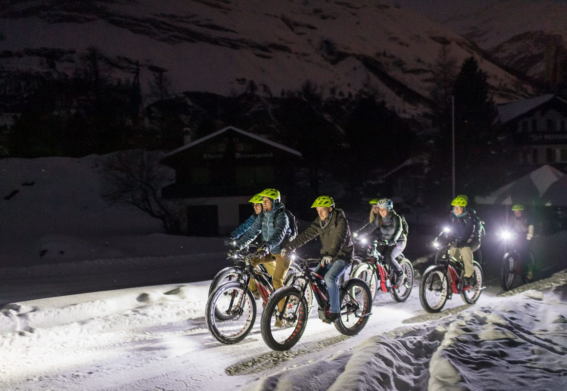Gruppe beim Biken im Winter